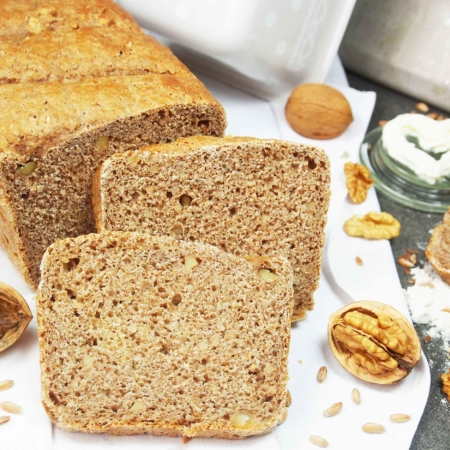 Bio Backmischung Urbrot. Gebacken und aufgeschnittenes Brot