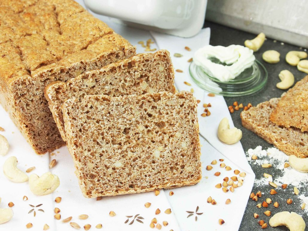 Bio-Brotbackmischung-Buchweizen-Dinkelbrot mit Cashewkernen und Kümmel. Abgebildet ist das gebackene Brot, das einen hohen Vollkornanteil aufweist