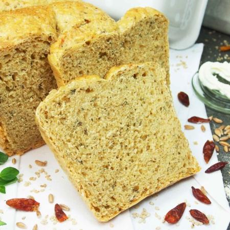 Hier ist die Bio-Brotbackmischung Grillparty mit Hanfsamen, Sesam, Oregano und Chili abgebildet. Die Brotbackmischung Grillparty besteht, bezogen auf den Getreideanteil der Backmischung, zu 100 % aus hellem Dinkelmehl. Brot zum Grillen.