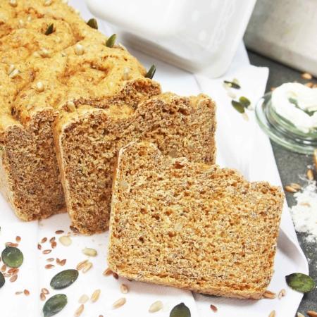 Hier ist die Bio-Brotbackmischung Saatenmix gebacken als Brot dargestellt. Es ist ein Vollkornbrot und daher von der Krumenfärbung dunkel. Die enthaltenen Saaten sind sichtbar.