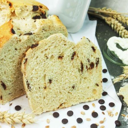 Die Bio-Brotbackmischung Sweet choc ist hier gebacken als Brot dargestellt. In der Krume sind die Zartbitter Schokoladentropfen zu sehen.
